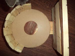 Das alte Holzlaufrad wird fachmännisch auseinander gebaut...